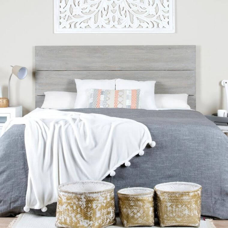 02. Simple bedroom decorated in off-white